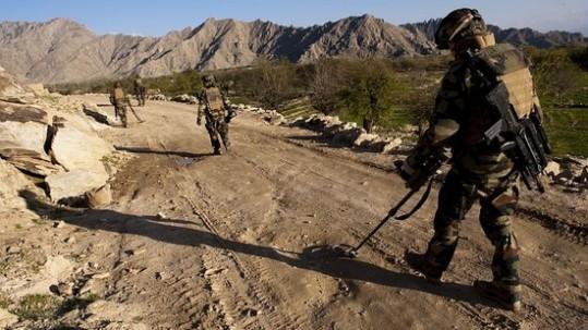 Les sapeurs du 2e REG, reconnaissent une route dans la vallee d'Alasai en Kapisa. Ils agissent par trois avec un detecteur DHPM, en cas de doute le chef d'equipe vient creuser la route. Chaques equipes prend des relais d'une heure. Ils sont en permanence proteges par trois sections de combat du 27e BCA